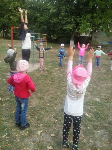 Косых А.В. проводит утреннюю гимнастику